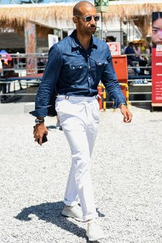 プリーツ入りのベルトレスパンツを使ってトレンドを演出しながらコーデを一味違った雰囲気に Fashion Outfits, Mens Fashion, Gentleman Style, White Jeans, Nice Dresses, Dressing, Style Inspiration, Denim, Pants