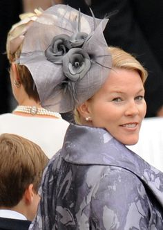 Autumn Kelly--Beatrice wore the ever popular butterfly fascinator to Autumn's wedding to Peter Phillips. Zara Phillips, Peter Phillips, Autumn Phillips, Ascot Hats, Women's Hats, Top Hats, Fancy Hats, Silly Hats, Royals
