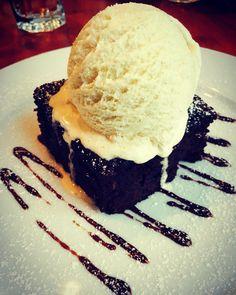 Ma ascund in spatele,falsei,zicale:mi-a scăzut glicemia,am nevoie de dulce! Dar la capătul zilei,sunt om si abia apoi sunt medic ;). Asa ca acum ma comport ca un ignorat si am sa o mănânc pe toată ;). Daca nu m-as preface ca sunt ignorat...as fi mâncat peste si salata,înainte de prăjitura. Dar... #cake #sweet