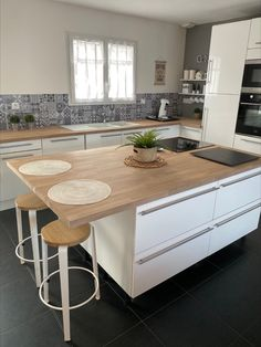 Kitchen with central island with oak Kitchen Room Design, Kitchen Layout, Kitchen Interior, Kitchen Decor, Modern Kitchen Cabinets, Kitchen Tiles, Kitchen Countertops, Küchen Design, Home Decor Furniture