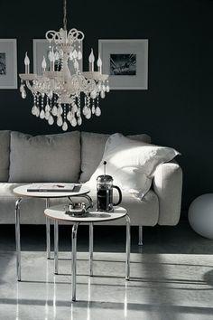 Victoria 6A Lysekrone Hvit. Klare krystaller.   Lamper og lysekroner fra Straale, Lunelamper - nettbutikk #White #chandelier #lysekrone #hvit