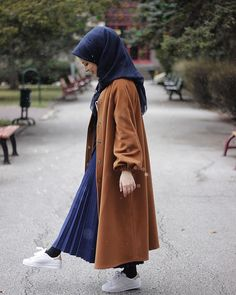 Falankes ( - Looks are Everything Arab Fashion, Muslim Fashion, Modest Fashion, Fashion Outfits, Hijab Elegante, Hijab Chic, Casual Hijab Outfit, Hijab Dress, Winter Coats Women