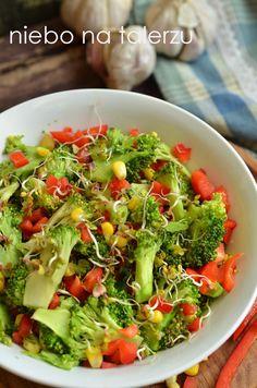 Surówka z cieniutko pokrojonego brokuła poleca się do obiadu:) Zielonych roślin, wiosny i słońca życzymy sobie już bardzo, bardzo!  Na parap...