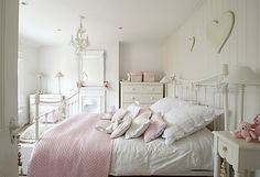 Hoy te sugerimos una decoración de dormitorio muy especial. Conocida como estilo provenzal, la decoración se inspira en la hermosa región de Provenza, que en decoración de interiores se aplica mayormente en la decoración de las casas de campo, porque tiene una suave mezcla de rústico y vintage, con