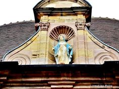 Luxeuil-les-Bains: Statua sopra la porta della casa di Saint Colomban ( © Jean Espirat ) - France-Voyage.com