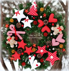 red and white Christmas wreath Christmas Sewing, Noel Christmas, All Things Christmas, Winter Christmas, Christmas Ornaments, White Ornaments, Fabric Ornaments, Xmas Wreaths, Christmas Decorations
