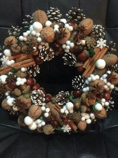 10 Cheap And Easy Diy Apartment Ideas Pine Cone Decorations, Homemade Christmas Decorations, Noel Christmas, Christmas Wreaths, Christmas Ornaments, Woodland Christmas, Diy Centerpieces, Christmas Centerpieces, Diy Crafts Hacks