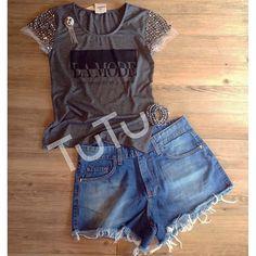 """#mulpix T-shirt em malha """"La Mode"""" com manga em tule bordada de pedrarias grafite (cod. 5543 - 🎨 dark mescla 🎨preta) + Short jeans cintura média (cod. 5414). O velho e infalível combo jeans + camiseta com o toque glam do bordado pra curtir o fds no maior estilo!  #lojatutu  #tshirt  #bordado  #pedrarias  #tule  #shortjeans   #casuallook  #comfylook - Para infos sobre preços, tamanhos, disponibilidade e compras à distância: ☎️ (81) 3038.1414 📨 contato@usetutu.com.br 📲 Whatsapp (81)…"""