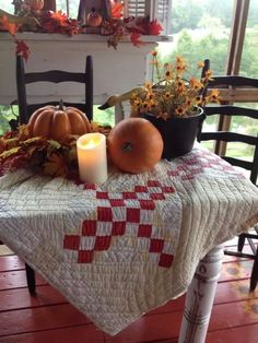 Autumn / Fall Table I love how the quilt adds texture to the table.and who can't love the fall decor used? Diy Design, Interior Design, Design Ideas, Primitive Fall, Primitive Decor, Autumn Decorating, Decorating Ideas, Fall Table, Fall Harvest