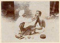 Barbier de rue, à Chakrata, en Inde - Tirage ancien original