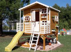 Jolie maisonnette en bois enfant avec toboggan