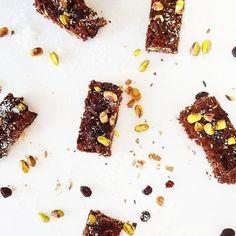 Zkuste vyměnit běžné cukroví pečivo za zdravé vánoční cukroví, po kterém nepřiberete, nebude vám těžko a rozhodně si pochutnáte! Toast, Spices, Chocolate, Advent, Christmas, Food, Instagram, Xmas, Spice
