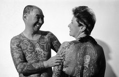 IlPost - Mitsuaki Ohwada e sua moglie Akie mostrano i loro tatuaggi, nel 1986 (AP Photo/Mark Lennihan) - Mitsuaki Ohwada e sua moglie Akie mostrano i loro tatuaggi, nel 1986 (AP Photo/Mark Lennihan)