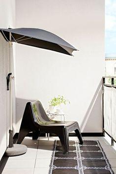 Moment de détente sur le balcon avec cette terrasse au design chic