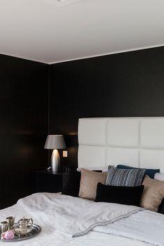 Tummaan makuuhuoneen seinään on saatu hohdetta Taika Stardustilla. #asuntomessut #tikkurila #taika #stardust #ruskea #makuuhuone #trendit #efektiseinä #maalausidea #sampo #sisämaalaus