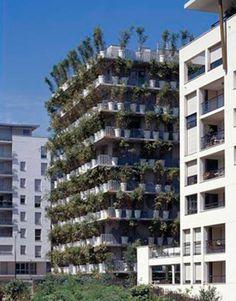"""A """"Torre de Flor"""". A """"Torre de Flor"""", projetado e construído pelo arquiteto Edouard François em Paris, contém 380 vasos de flores gigantes d..."""