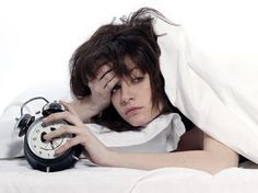 5 Sleep Problems Nobody Talks About. Good quality sleep is essential. Sleepwalk, Jittery or restless legs, snoring, grinding teeth in sleep are all related Home Remedies For Sleep, Natural Remedies For Insomnia, Sleep Remedies, Insomnia Cures, Se Lever, Natural Sleep Aids, Healthy Lifestyle Changes, Sleep Problems, Tips & Tricks