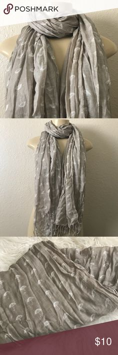 💼old navy scarf 💼 In good condition. Pre-wrinkle press. Umbrella design. Very fun and stylish print. Neutral colors so easy to pair with any outfit. Has minor snag. Shown in pictures. Old Navy Accessories Scarves & Wraps