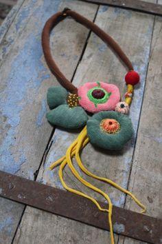 """Collier textile """" comète amulette"""", composé de formes arrondies en coton vert et tissu éponge rose : Collier par fee-moi-un-cygne"""