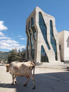 Hormigón y formas sinuosas para los nuevos edificios públicos de Mestia, diseñados por Jürgen Mayer H.