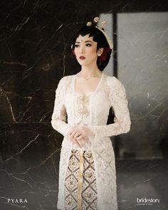 Javanese Wedding, Indonesian Wedding, Kebaya Lace, Kebaya Dress, Kebaya Kutu Baru Modern, Wedding Dress Styles, Wedding Gowns, Model Kebaya Modern, Kebaya Wedding