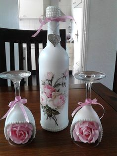 Fles met gesso bewerkt Glass Bottle Crafts, Wine Bottle Art, Painted Wine Bottles, Diy Bottle, Painted Wine Glasses, Wine Glass Candle Holder, Decoration Evenementielle, Decorated Wine Glasses, Cup Crafts