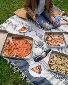 Order some pizzas, pop open a bottle of wine and have a picnic with your friends Indoor Picnic Date, Picnic Date Food, Picnic Foods, Picnic Ideas, Cute Food, Good Food, Comida Picnic, Picnic Pictures, Picnic Essentials