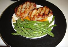 PV Boneless pork loin chops with asparagus :) The Dukan book has THE BEST marinade. Oyster sauce, soy sauce, black pepper, garlic powder, and a very small amount of vegetable oil. Low Carb Recipes, Diet Recipes, Healthy Recipes, Diet Meals, Healthy Food, French Diet, Boneless Pork Loin Chops, Oyster Sauce, Pork Chop Recipes