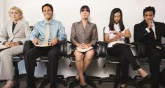 Effectiever Communiceren tijdens een sollicitatiegesprek  Meer dan de helft van de sollicitanten wordt afgewezen op basis van de eerste indruk. Hierbij speelt uiterlijk een belangrijke rol. Want wat veel mensen niet weten is dat in menselijke communicatie, de non-verbale communicatie vaak de doorslag geeft.  Ben jij opzoek naar werk? En wil je weten hoe je