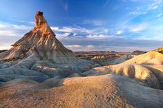 The desertic road trip: the Bardenas Reales, Spain. Not to be missed: a timeless stay in the extraordinary Aire de Bardenas hotel. Beautiful Roads, Beautiful Landscapes, Grand Teton National Park, National Parks, Road Trip Moto, Travel Around The World, Around The Worlds, Paraiso Natural, Excursion