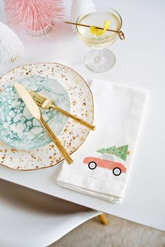 Christmas Napkin Iron-On DIY (With Printable!) Read the full article on A Beautiful Mess Christmas Napkins, Christmas Crafts, Christmas Decorations, Christmas Trends, Modern Christmas, Merry Christmas, Diy Pallet Sofa, Diy Wall Shelves, Diy Weihnachten