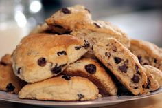 <p>15/01/2016/Kiwi limón/AJV Si quieres comenzar tu día con mucho sabor estos scones de chocolate son la opción ideal. Puedes hacerlos con antelación y solamente calentarlos o comerlos así. TIEMPO: 60 min DIFICULTAD: Baja PORCIONES: 12 Ingredientes 3 1/4 tazas de…</p>