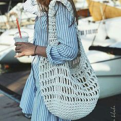 The rope to be used for making knitting bags varies according to the mesh bag models. Whether acrylic, combed, ribbon, cotton rope or crochet knitting bag Crochet Clutch, Crochet Handbags, Crochet Purses, Love Crochet, Knit Crochet, Crochet Stitches, Crochet Patterns, Crochet Market Bag, Yarn Bag