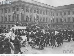Marszałek Piłsudski przyjmuje defiladę Kompanii Karabinów Maszynowych podczas Obchodów Święta Niepodległości w Warszawie, 1929-11-11.  http://www.audiovis.nac.gov.pl/obraz/115894/36ac9334240c2b7bb23988e81d41f8f5/