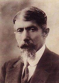 Aquí podemos ver a Qustaki bint Yusef bin Butros bin Yusef bin Mikhail Himsi, más conocido como Qustaki Al-Himsi. Fue un escritor, traductor y poeta sirio que murió en 1941 con 82 años.