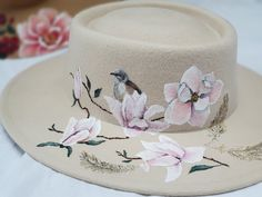 Deze hoed van Rebel and the Gypsea leent zich uitstekend voor mijn artwork met penseel en verf! Geïnspireerd op de 40 jaar oude Magnoliaboom die in mijn blikveld ligt en voor vele vogels een aangename toevlucht is. Rebel, Artwork, Wedding, Accessories, Valentines Day Weddings, Work Of Art, Auguste Rodin Artwork, Artworks, Weddings