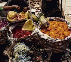 On pourrait déambuler durant des heures dans le marché d'Ubud. Souvenirs, épices, fleurs, fruits, bijoux... *** We could walk for hours in this market... #indonesie #bali #travel #adventure #instatravel #indonesie #Ubud #explore  #market #flower