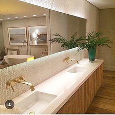 Toque da madeira promove aconchego em  banheiro de espaço generoso e cheio de requinte by @carolinamaluhy  #arquitetura #arquiteturadeinteriores #arquiteturaeinteriores #archdecor #archdesign #arquiteta #decor #dedign #dedigninterior #designdeinreriores #homedecor #homedesign #bathroom #banheiro #banheira #revestimentos #projetados #iluminação #mirror #iluminacion #lightdesign #interiores #interiors #interiordecor #interiordesign #instabest #instadecor #inspiração #inspiracion #cubaembutida