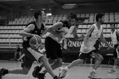 Daniel Adriasola a la carrera en pugna con Vidal. Controlada la pelota en todo momento. 29 de agosto #baloncesto #AdeccoPlata #Lucentum #Alicante #basket