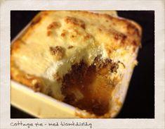 En af mine yndlingsretter i England var cottage pie - oksekød (som millionbøf) med et låg af kartoffelmos og smeltet ost. Det skal da prøves LCHF-style. Millionbøf 500 g hakket oksekød 1 løg, finth...