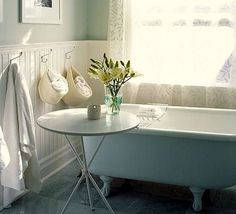 Even a simple arrangement of fresh flowers breathes life into a room, any room. Photo: Decorare