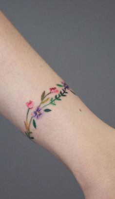 Discreet And Charming Wrist Tattoos You'll Want To Have. Classy, colorful and fe. - Discreet And Charming Wrist Tattoos You'll Want To Have. Classy, colorful and feminine wrist bracelet tattoos - Classy Tattoos, Trendy Tattoos, Mini Tattoos, Unique Tattoos, Beautiful Tattoos, Body Art Tattoos, Tattoos For Women Classy, Tatoos, Color Tattoos