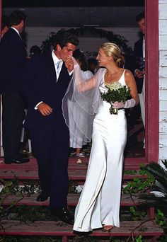 Carolyn_Bessette-wedding.jpg (400×580) She will always be remembered for her understated, minimalist style, and her wedding gown was no exception. Her unadorned bias-cut silk sheath — designed by Narciso Rodriguez, then a virtually unknown upstart — set the bar for simple, elegant bridalwear.