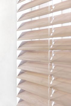 #houtenjaloezieën #hout #horizontaal #jaloezie #bece #raamdecoratie Wood Blinds, Curtains With Blinds, Window Coverings, Window Treatments, Store Veranda, Double Vitrage, Window Dressings, Roller Blinds, Living Room Interior
