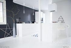 keittiö,hay,musta seinä,sisustus,mustavalkoinen sisustus Christmas Inspiration, Modern Design, Living Room, Interior Design, Lifestyle, Bathroom, Table, House, Furniture