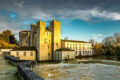 13e eeuwse brug en molen van Barbaste Le Moulin, France, Mansions, House Styles, Home, Manor Houses, Villas, Ad Home, Mansion