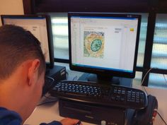 Oscar usando la Maquina para calcular el área del núcleo de la célula con una imagen en micras. Electronics, Consumer Electronics