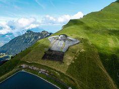 Στα ψηλά βουνά, τo πιο παράξενο γκράφιτι του κόσμου |thetoc.gr