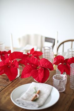 simple solution for a pretty deconstructed centerpiece of poinsettia leaves.