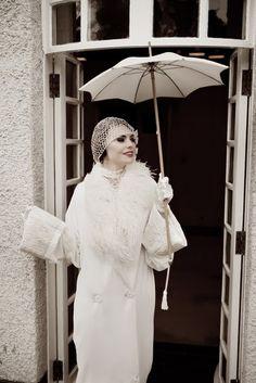 La boutique Lindsay Fleming propose de superbes robes de mariées au style rétro et même, fait rarissime, un manteau de mariée inspiré de l'é...